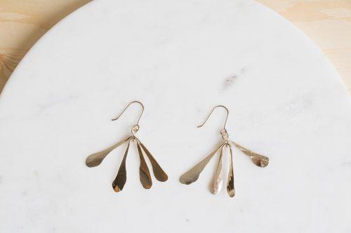 Cette paires de boucles d'oreilles Samares en laiton doré à l'or 24 carats, a été imaginé par la créatrice de la marque My Sen.