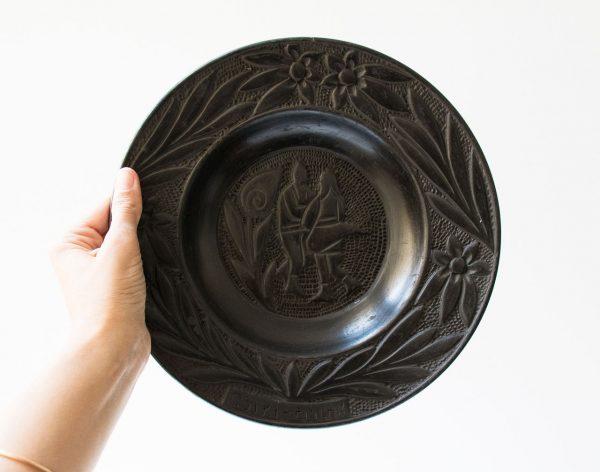 Plat gravé noir chiné par Maison Mathûvû