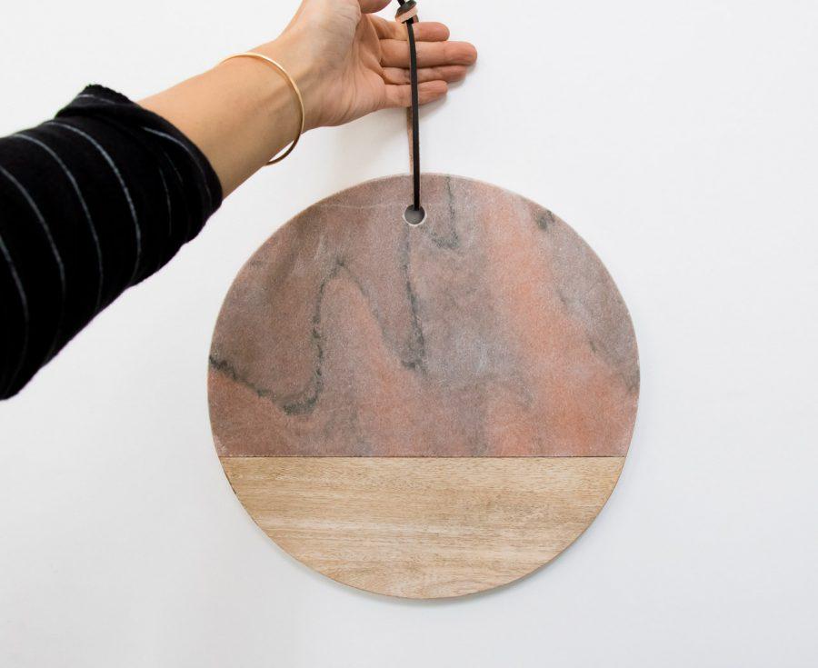 Planche ronde marbre et bois Bloomingville - maison mathuvu